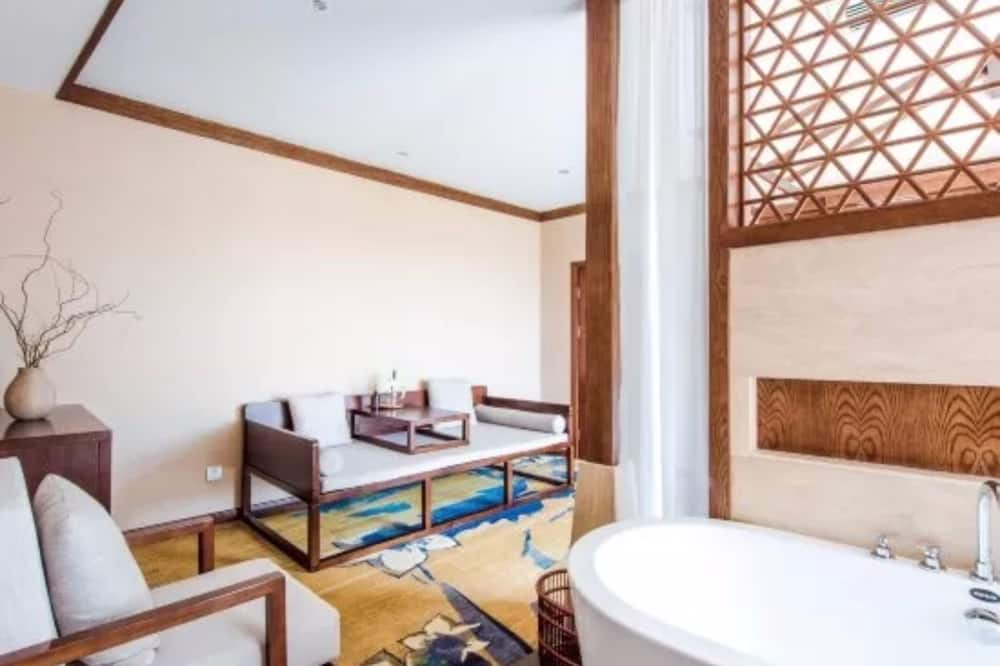 Deluxe Suite with Lake View and Terrace - Living Room