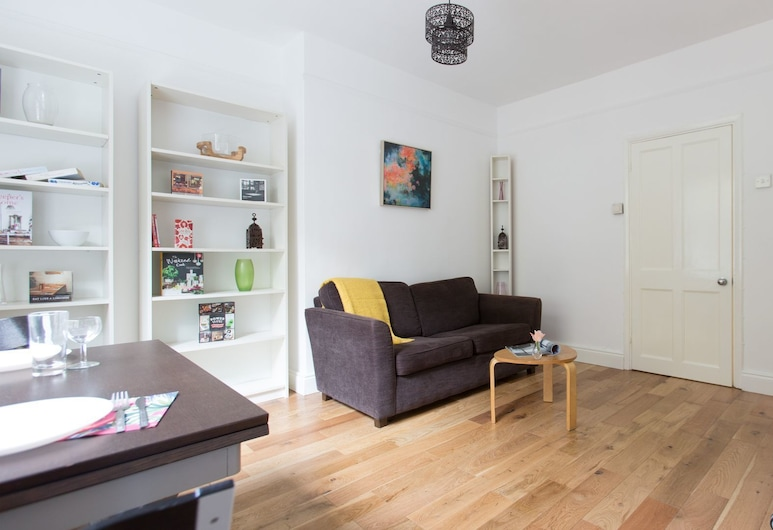 Bright 2BR Flat in St. Katharine's Docks, London, Apartment, 2 Bedrooms, Living Area