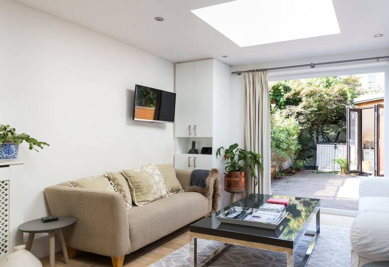 Beautiful 2BR flat right by Clapham Common, London