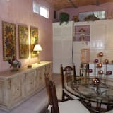 Suite 3, Queen Bed separate kitchen and living room - אזור אוכל בחדר