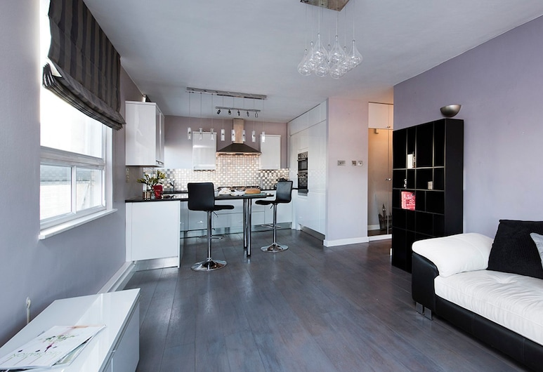 Bright Top Floor 2BR Central London – Great Views!, London, Apartment, 2 Bedrooms, Living Area