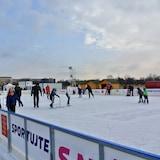 Prática de esqui e esportes na neve