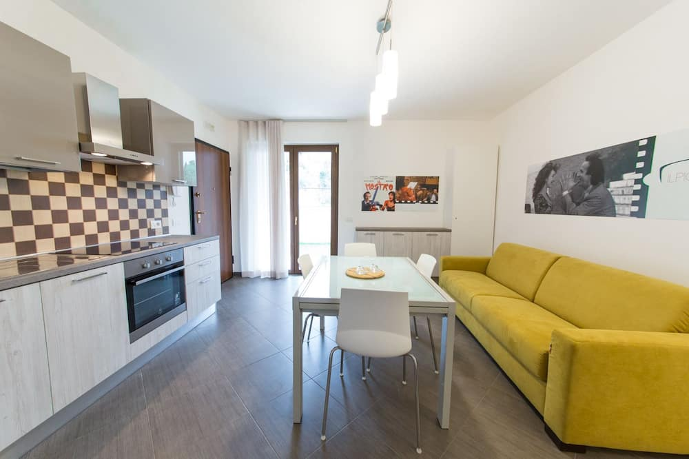 Deluxe Apartment, 2 Bedrooms, Pool Access, Garden View - Living Area