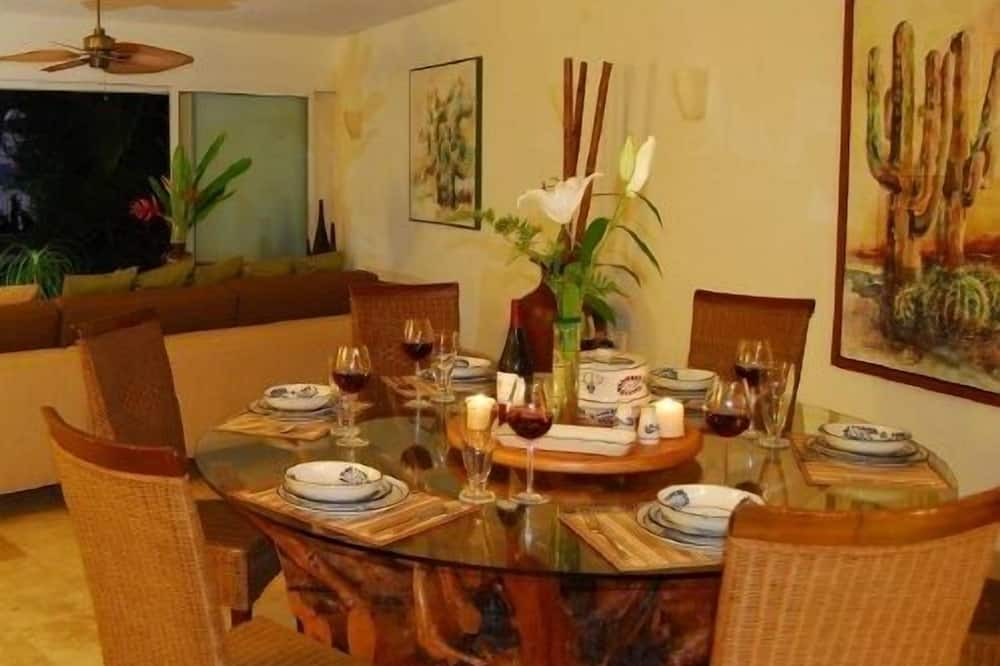Family Townhome, 4 Bedrooms, Ocean View, Poolside - In-Room Dining