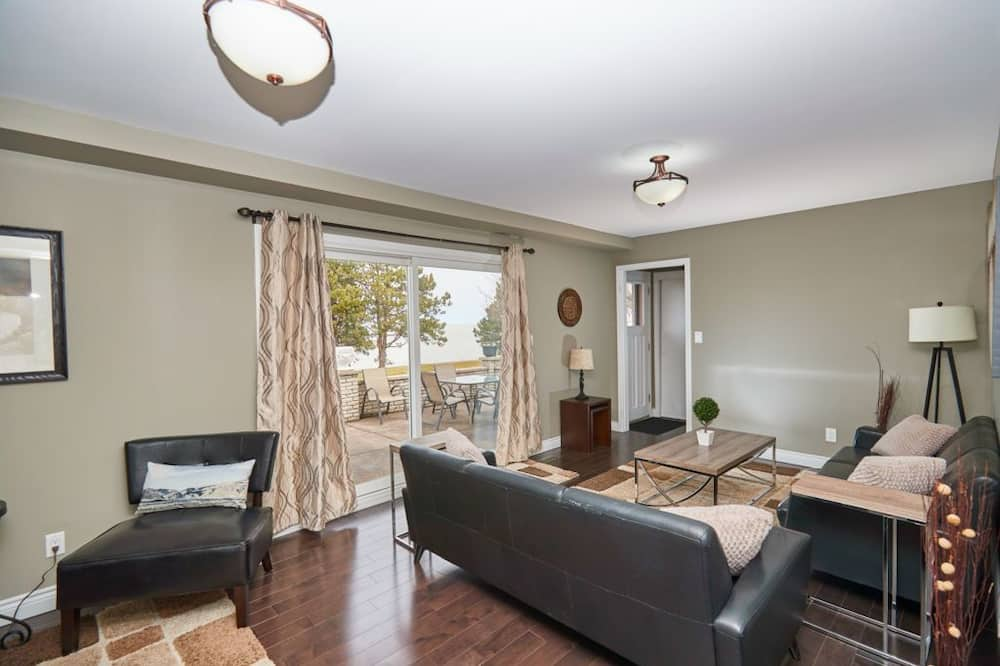 House, 3 Bedrooms, Lake View - Living Room