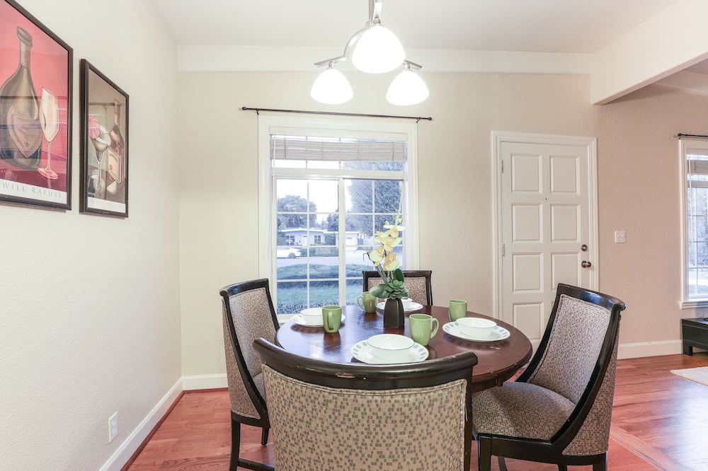 Comfort House, 3 Bedrooms - In-Room Dining