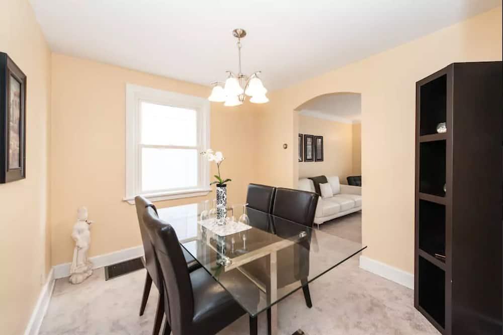 Maison Confort, 3 chambres, cuisine - Restauration dans la chambre