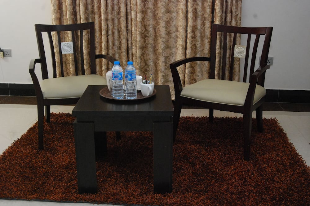 Executive Apartment, 1 Bedroom, Shared Kitchen Amenities - Living Area