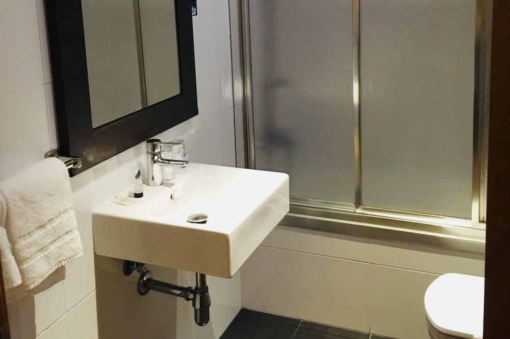 Standard Room, 2 Single Beds (Interior) - Bathroom