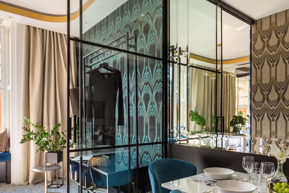 Luxury Apartment, 2 Bedrooms, Bathtub, City View - Living Area