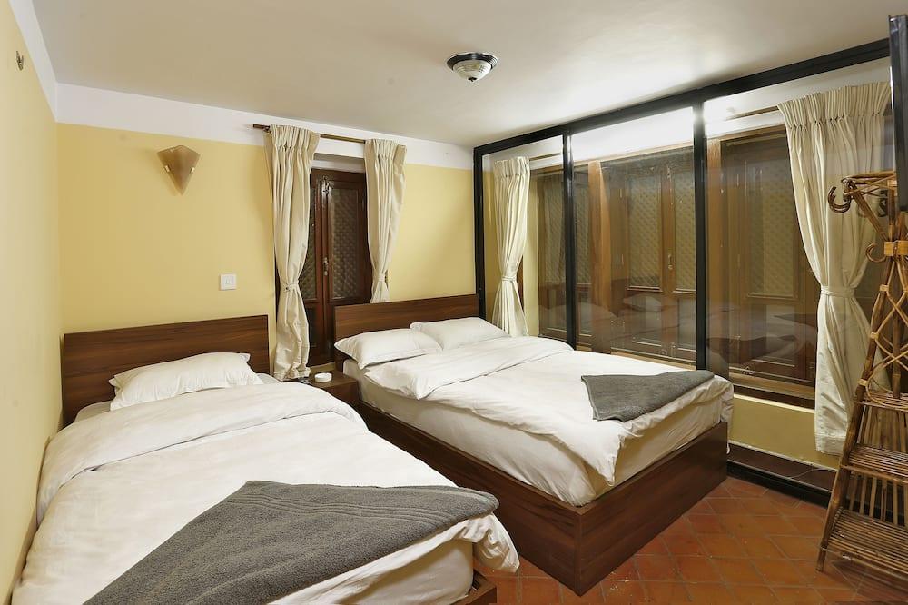 Deluxe-Doppelzimmer, Mehrere Betten, Stadtblick - Wohnzimmer