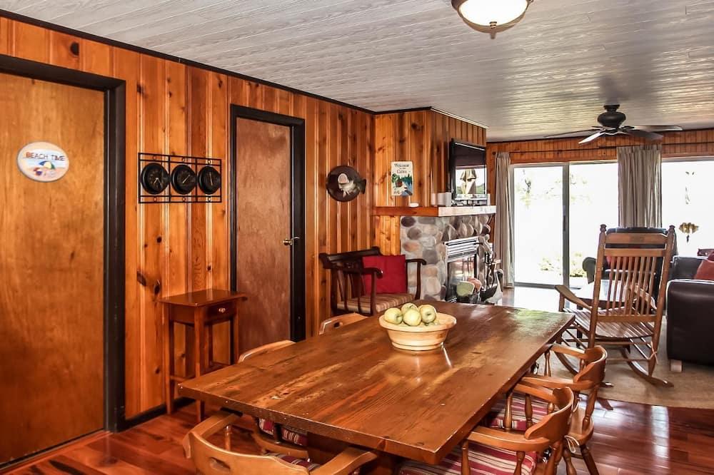 Κατάλυμα σε Αγροικία, 4 Υπνοδωμάτια, 2 Μπάνια, Θέα στη Λίμνη - Γεύματα στο δωμάτιο
