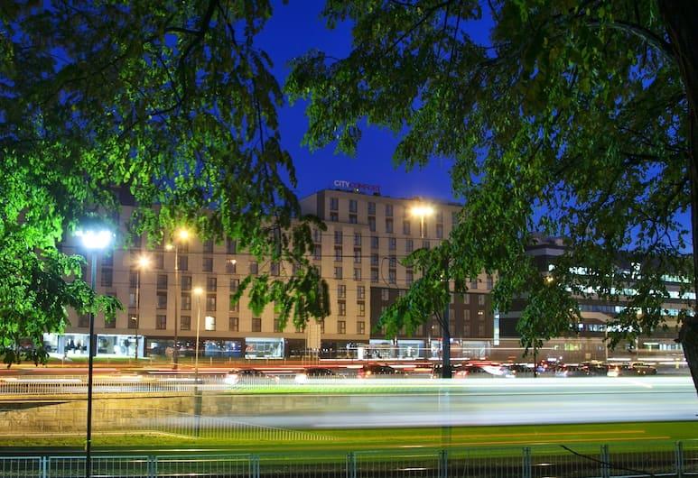 City Comfort Aparthotel, Warszawa, Hotellfasad - kväll