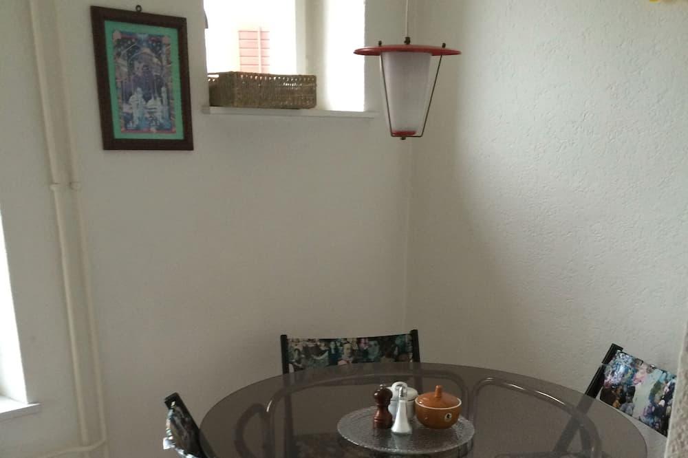 Habitación básica doble, baño compartido - Comida en la habitación