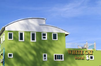 Picture of White Cat Hotel in Takua Pa