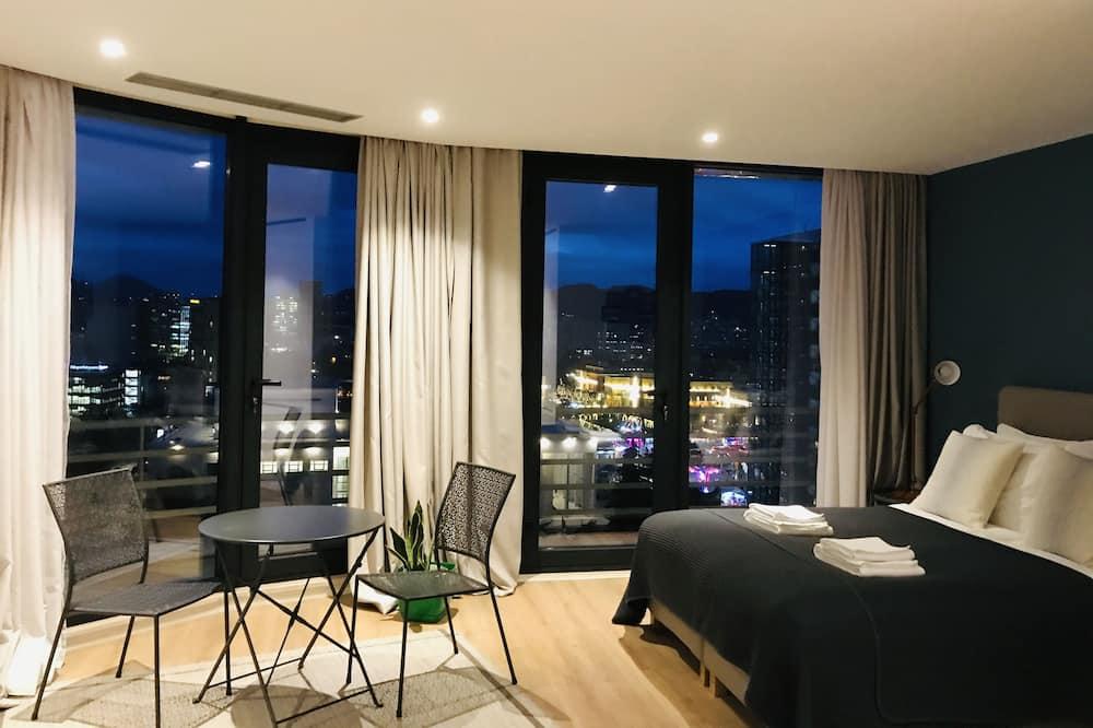 Kambarys su vitrininiais langais, vaizdas į miestą - Svetainės zona