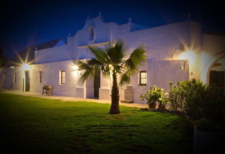 Cortijo el Indiviso, Barbate, ด้านหน้าของโรงแรม - ช่วงเย็น/กลางคืน