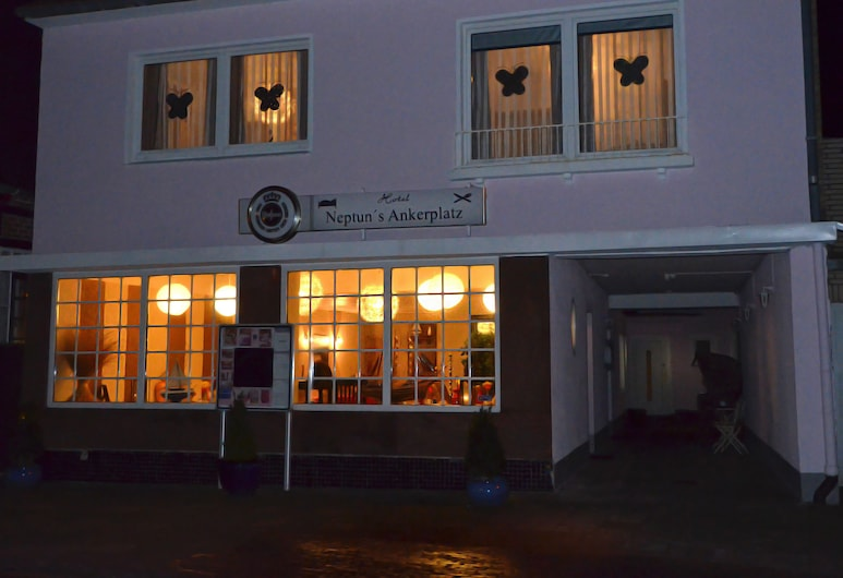 Hotel Neptuns Ankerplatz, Cuxhaven, Hotel Front – Evening/Night