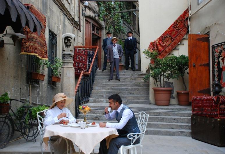 Studio Apartment in Old City, Baku, Dvůr