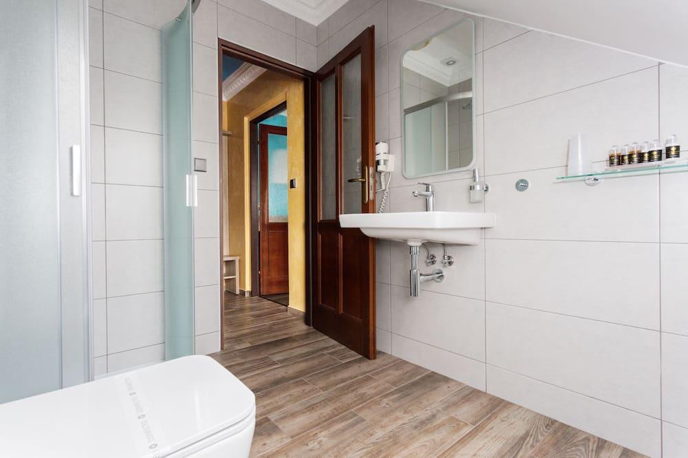 Superior Triple Room, City View - Bathroom