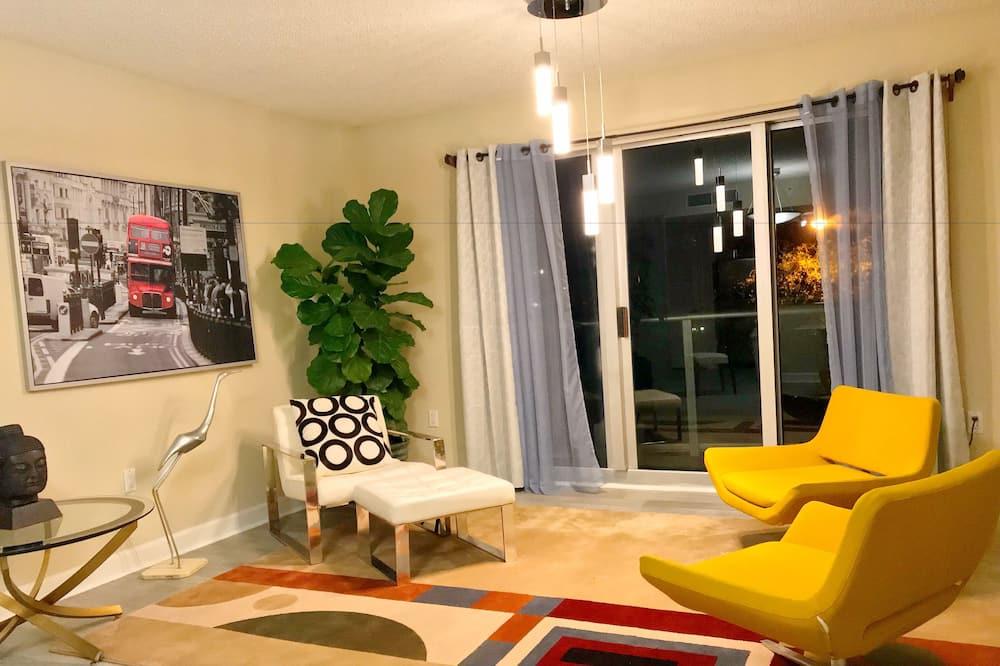 Paaugstināta komforta māja, trīs guļamistabas, virtuve, skats uz pilsētu - Dzīvojamā istaba
