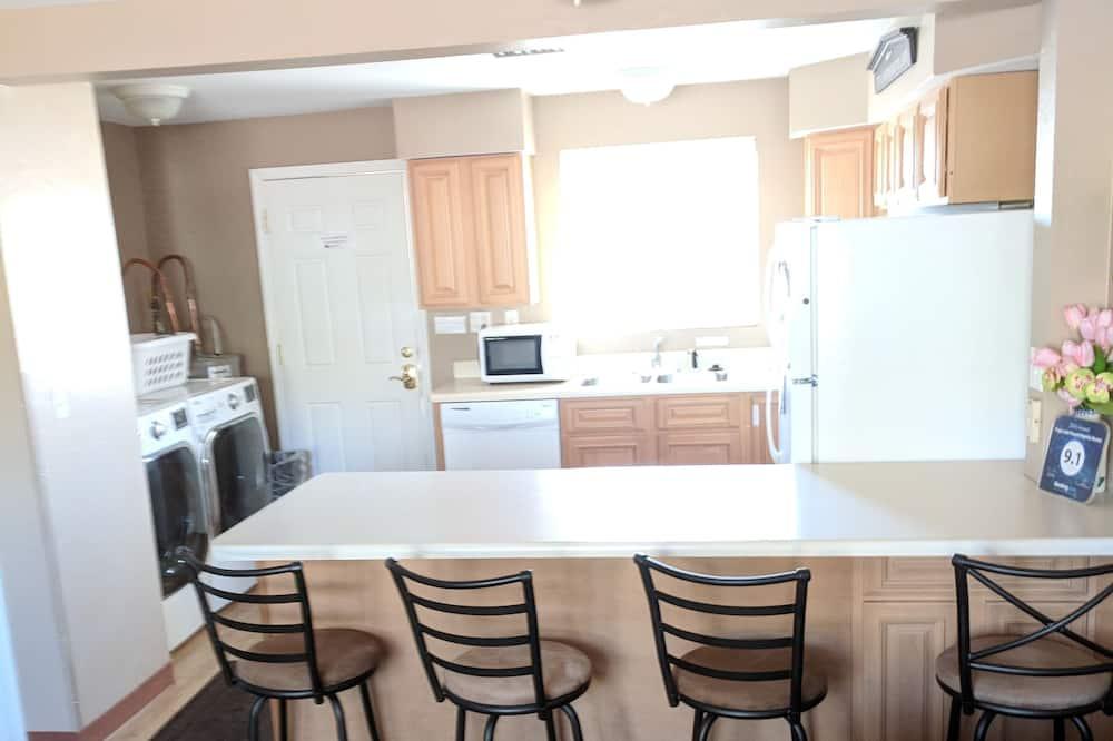 Сімейні апартаменти, 2 спальні, кухня (106) - Обіди в номері