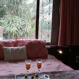 חדר דה-לוקס זוגי ליחיד, מיטת קווין, נוף לגן, אזור הגן - חדר אורחים
