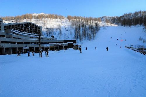 切尔维尼亚滑雪坡前公寓酒店/