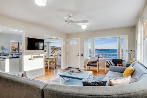 ゲームルームと海と桟橋を望む家具付きの大きな家/