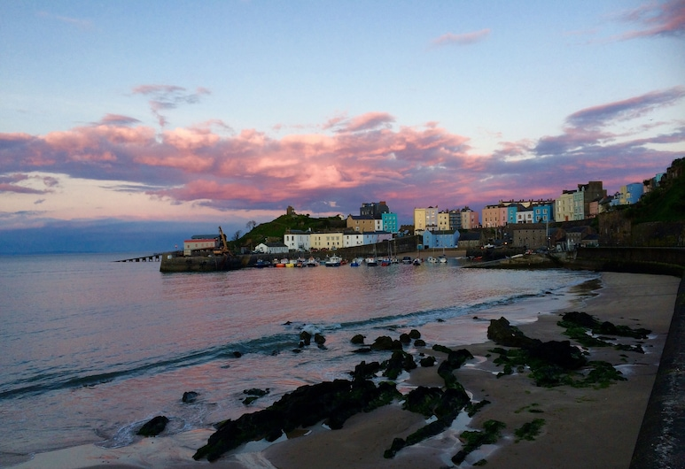 Fully modernised Tenby harbourside apartment. Perfect for beach and town alike, Tenby, Pludmale