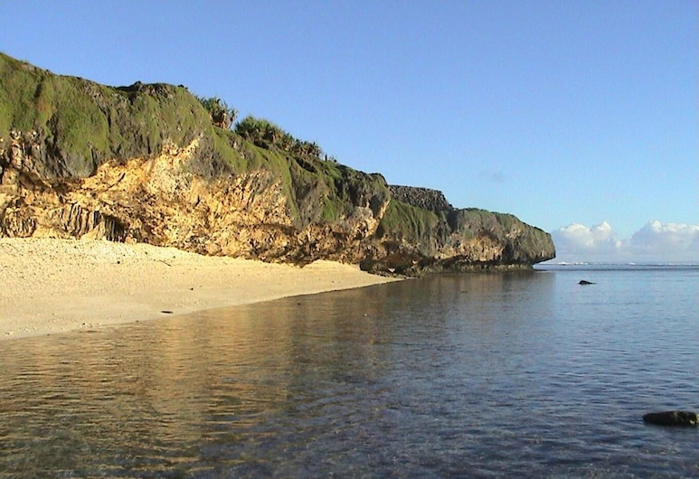 Ara Moana Bungalows, Mangaia, Beach
