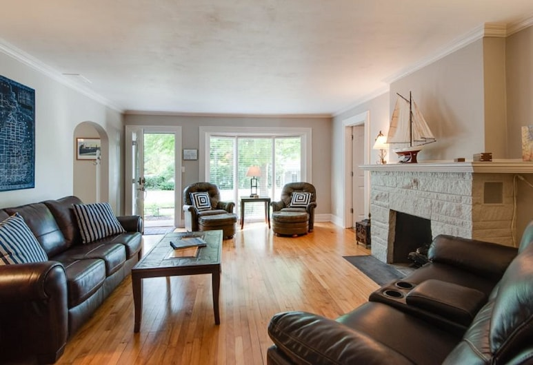 Serenity Now, Saugatuck, Cottage, 3 Bedrooms, Hot Tub, Living Room