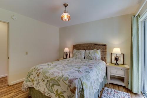 家具付きデッキと海の景色を望むクラシックなカユコスのウォーターフロントのビーチハウス!/