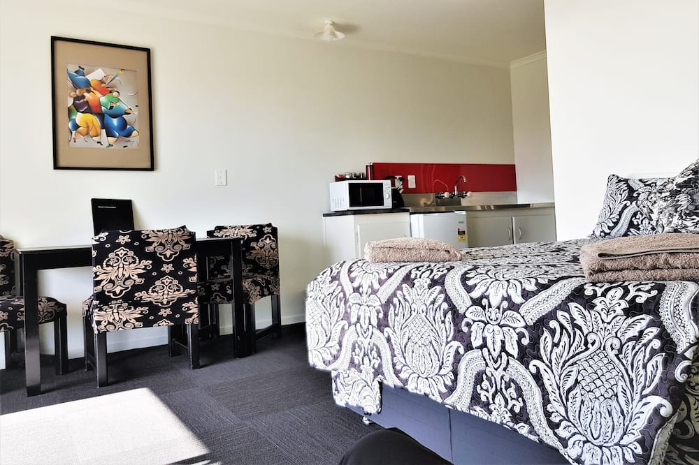Apartment, 2 Bedrooms (Traveller's Unit, Upstairs) - Living Area