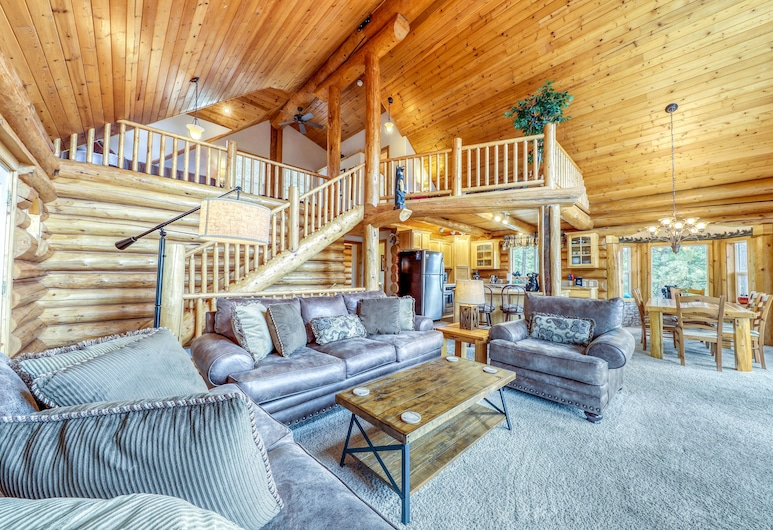 Secluded, Lakeview Cabin w/ Deck, Firepit, & Pool Table, Cascade, Living Room