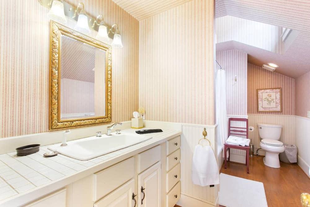 Номер для молодят, 1 ліжко «квін-сайз», суміжна ванна кімната, з видом на гори - Ванна кімната