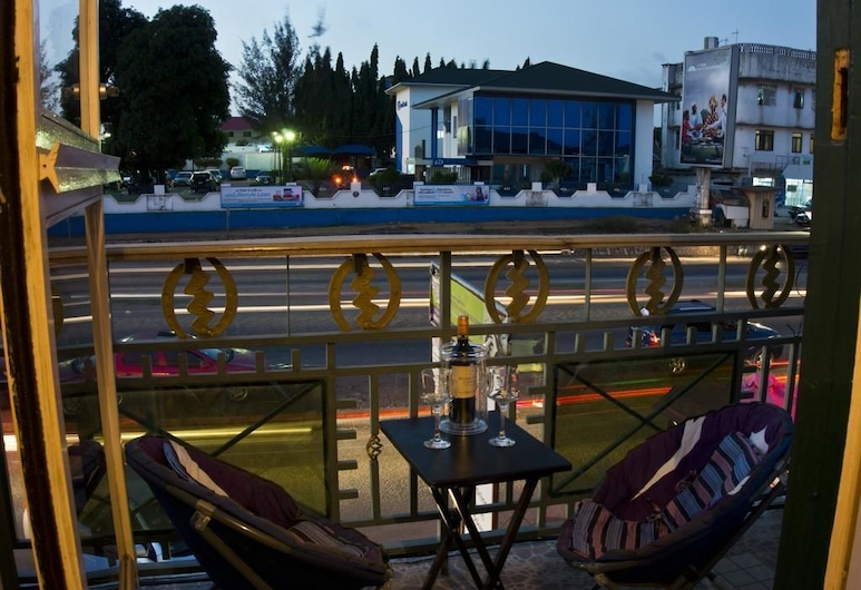 Jesiwa B's Little Palace, Akra, Vakarienės lauke
