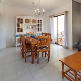 Apartment, 2 Bedrooms, Pool Access, City View - Living Room