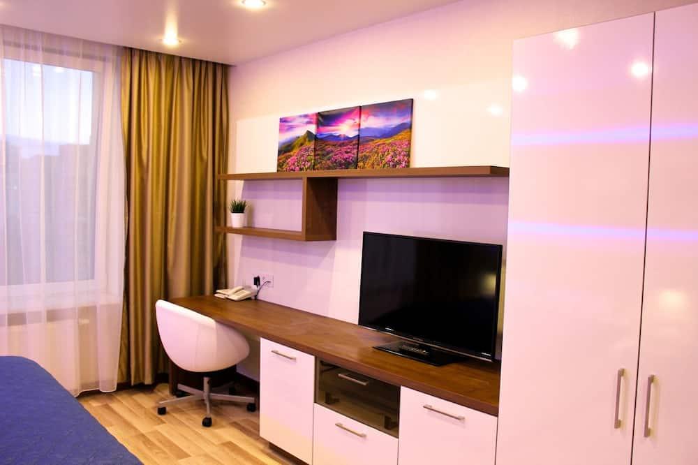 Comfort Apartment, 1 Queen Bed, City View - Living Area