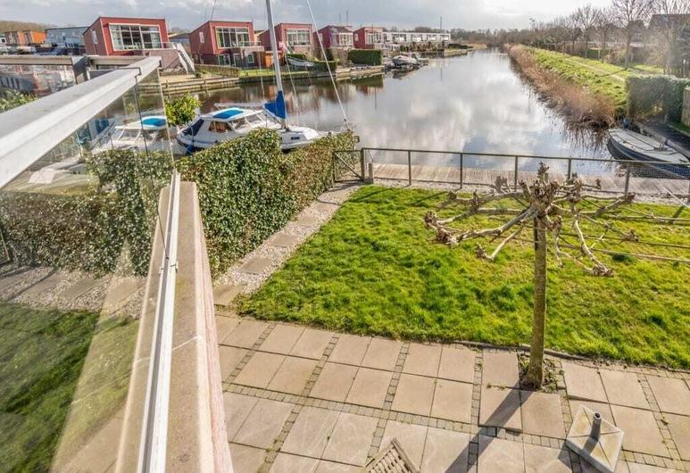 Deze woning is rondom volledig voorzien van een hekwerk en een trampoline, ideaal voor kinderen., Oude-Tonge