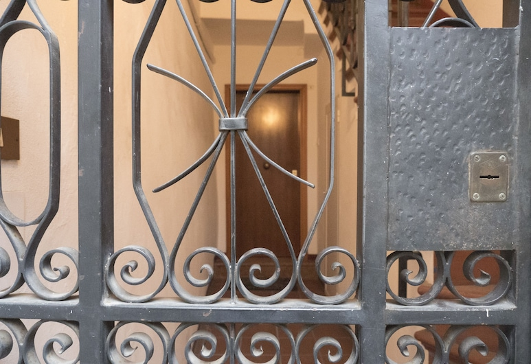 Spacious and Beautiful 60 sqm Apartment in the Very Heart of Bologna, Bologna, Property entrance