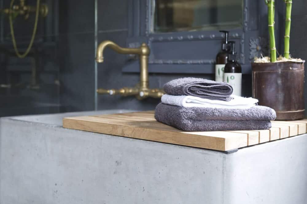 Deluxe Double or Twin Room (Barn2017) - Bathroom Sink