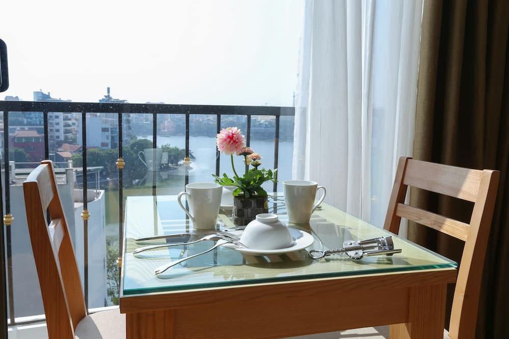 Deluxe-Apartment, 1 Queen-Bett, Seeblick, Seeseite - Essbereich im Zimmer