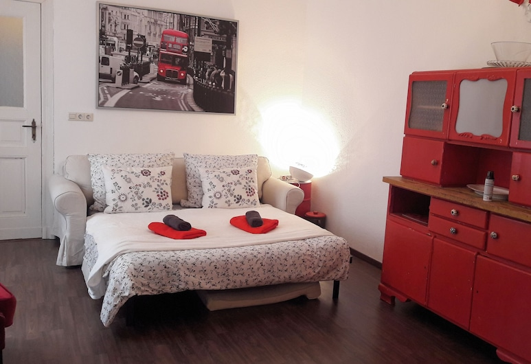 Charming Apartment , Berlin, Basic Apartment, 2 Bedrooms, Living Area