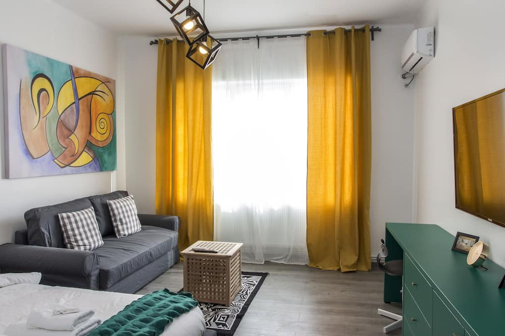 Premium Apartment, 1 Queen Bed with Sofa bed, City View - Living Area