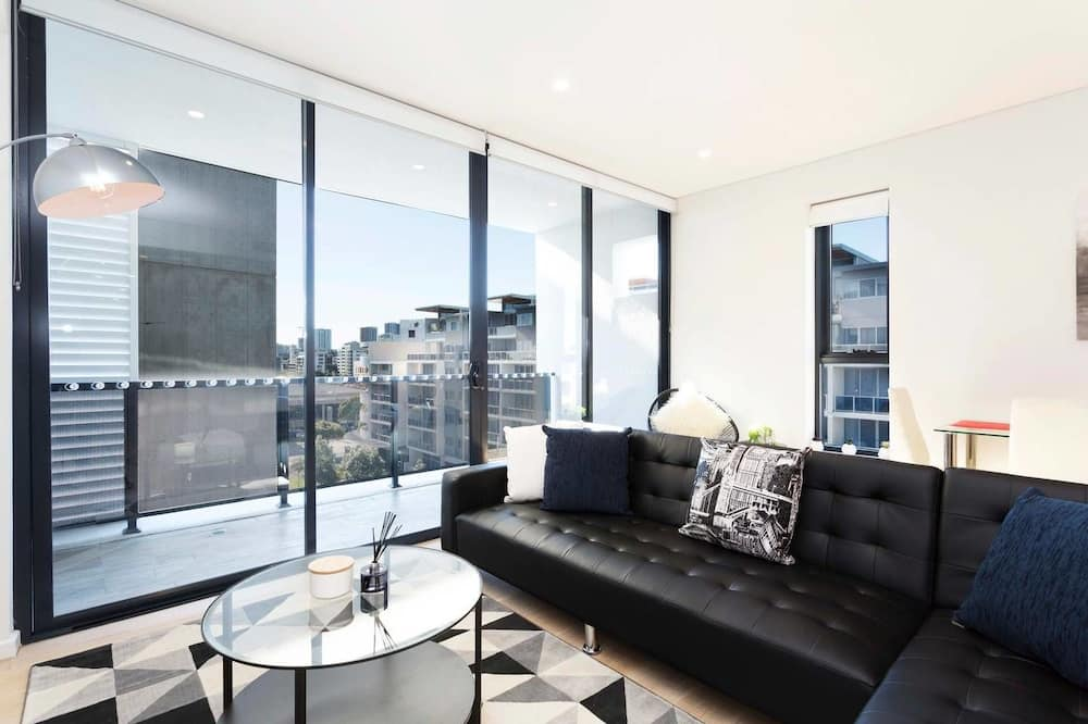 Chic Designer Home + Parking + 5mins from Airport
