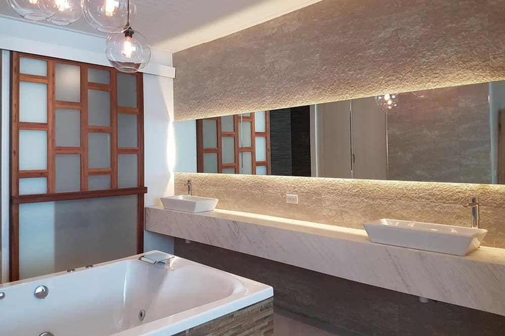 Jacuzzi Deluxe Room - Transfer from Hua Hin Airport - Bilik mandi