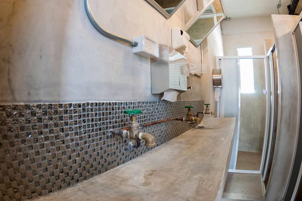 Economy Single Room, Multiple Beds, Shared Bathroom - Bathroom