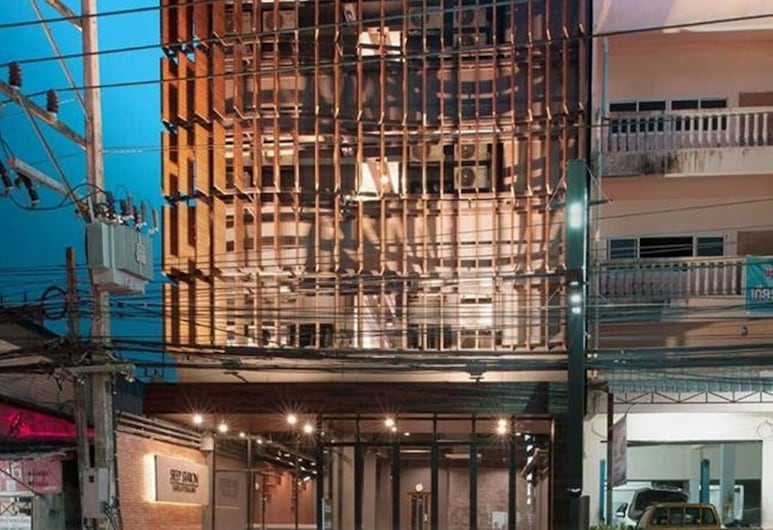 Sleep Station, Surat Thani, Fachada del hotel de noche