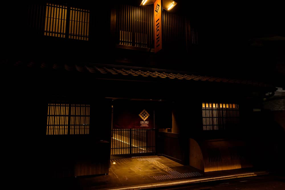 Parte delantera del alojamiento (tarde/noche)